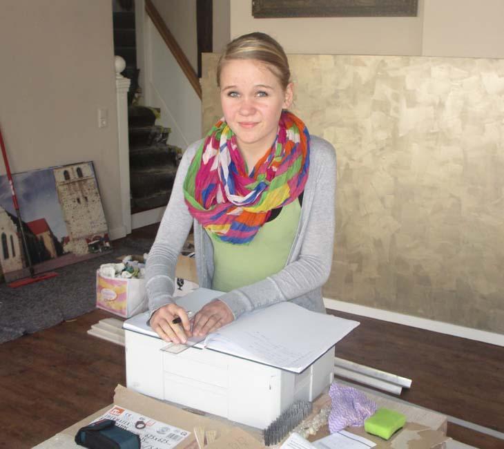 Praktikantin Laura bei der Arbeit bei hometec Wohnwelt und Ernst Küchen & Raumgestaltung Zerbst